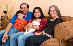 De Indische familie van het oosten thuis royalty-vrije stock afbeelding