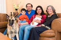 De Indische familie van het oosten thuis Stock Foto