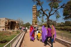 De Indische families komen aan de 15de eeuwtoren van Overwinning royalty-vrije stock foto