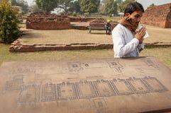 De Indische gids houdt zijn verdiend geld stock afbeelding