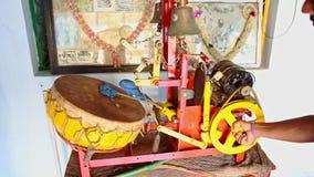 De Indische Gids toont Traditionele Trommelinstrumenten stock footage