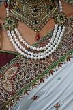 De Indische Hindoese Bruiden Sari, halsbandjuwelen en sluiten omhoog van borst royalty-vrije stock foto's