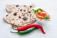 De Indische kip van tikkamasala en naan vlak brood Stock Foto's