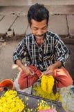 De Indische lokale mens maakt bloemenboeketten Stock Fotografie
