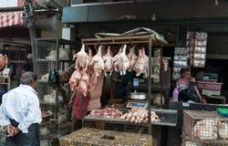 De Indische mensen verkopen kip op Russell Market in Bangalore Royalty-vrije Stock Fotografie