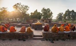 De Indische monniken op ruïnes van de oude tempel in Shravasti stock foto's