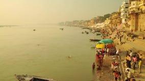 De Indische pelgrims die van de tijdtijdspanne boot in zonsopgang roeien De rivier van Ganges in Varanasi India stock videobeelden