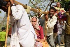 De Indische pelgrims droegen primitieve sedanstoelen Stock Fotografie