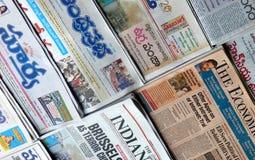 De Indische straatventer verkoopt populaire nieuwsdocumenten royalty-vrije stock foto's
