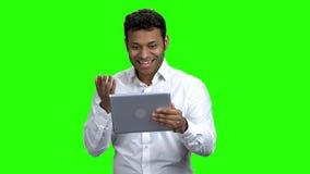 De Indische tablet van de mensenholding en het golven met hand stock videobeelden