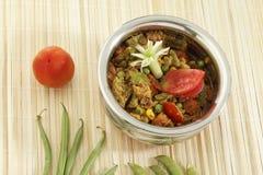 De Indische vegetarische groente van de schotelmengeling in staalpot met rauwe groenten stock foto's