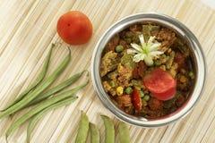 De Indische vegetarische groente van de schotelmengeling in staalpot met rauwe groenten royalty-vrije stock afbeelding