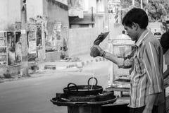 De Indische verkoper van het straatvoedsel stock foto