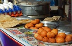 De Indische verkoper van het straatvoedsel klaar met ingrediënten om snel voedsel op kar te koken Stock Fotografie