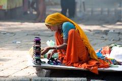 De Indische vrouw iin kleurrijke Sari verkoopt herinneringen Royalty-vrije Stock Afbeelding