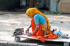 De Indische vrouw iin kleurrijke Sari verkoopt herinneringen Royalty-vrije Stock Foto's