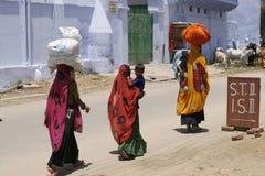 De Indische vrouwen die zakken op theirs dragen leidt stock afbeelding