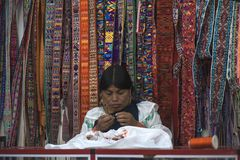De Indische vrouwen in nationale kleren verkoopt de producten van haar weavi royalty-vrije stock foto