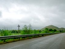 De Indische weg van Jaipur Delhi met de mist van de wolkenmist stock afbeeldingen