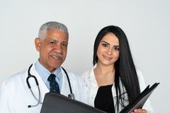 De Indische Witte Achtergrond van Artsenwith patient on royalty-vrije stock afbeeldingen
