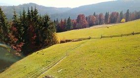 De Indische zomer in de Karpaten De berglandschap van de herfst Nationale reserve Karadag stock video