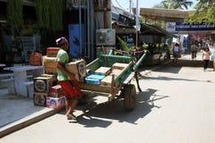 De Indonesische dozen van de mensenlading op paard en kar in Gili Trawangan Royalty-vrije Stock Afbeelding