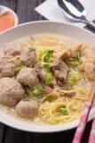 De Indonesische Noedel van Vleesballetjebakso met zoete sojasaus en de Spaanse peperssaus bestrooien met groene ui Stock Foto