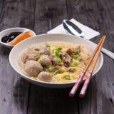 De Indonesische Noedel van Vleesballetjebakso met zoete sojasaus en de Spaanse peperssaus bestrooien met groene ui Royalty-vrije Stock Afbeeldingen