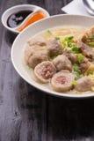 De Indonesische Noedel van Vleesballetjebakso met zoete sojasaus en de Spaanse peperssaus bestrooien met groene ui Royalty-vrije Stock Afbeelding