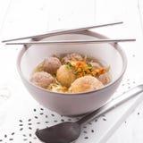 De Indonesische Noedel van Vleesballetjebakso met zoete sojasaus en de Spaanse peperssaus bestrooien met groene ui Stock Afbeeldingen