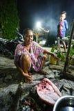 De Indonesische Vrouw bereidt de dagelijkse vangst voor stock foto