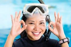 De jonge Indonesische duiker zegt o.k. Stock Foto