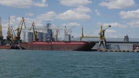 De industriële activiteit van de overzeese lading handelhaven op de kust van de Zwarte Zee stock footage