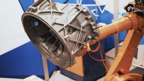 De industriële bewegingen van de robotmanipulator die in de controleeenheid geprogrammeerd zijn De werken van het robotmechanisme stock video