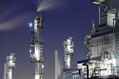 De industriële bouw bij nacht Royalty-vrije Stock Afbeeldingen