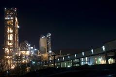 De industriële bouw in de nacht Royalty-vrije Stock Foto's