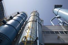 De industriële bouw, de stofcollector met duidelijke blauwe hemelachtergrond stock foto