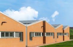 De industriële bouw met photovoltaic panelen op het dak Royalty-vrije Stock Afbeeldingen