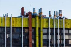 De industriële bouw met pijpen Royalty-vrije Stock Afbeelding