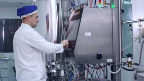De industriële computerapparatuur van de ingenieurscontrole bij farmaceutische fabriek stock videobeelden