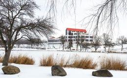De industriële die bouw van over een bevroren vijver wordt bekeken Royalty-vrije Stock Afbeeldingen