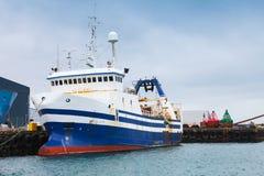 De industriële die tribunes van het treilerschip in haven worden vastgelegd royalty-vrije stock foto's