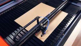 De industriële gravure van het lasersysteem op hout stock video