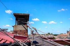 De industriële klimmers zijn begrensd hun kabels aan de schoorsteen Stock Foto