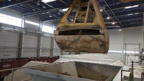 De industriële kraan, brugkraan, spoorkraan beweegt grondstoffen in de onderneming, algemeen plan stock videobeelden