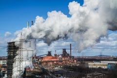 De industriële langs geproduceerde wolken doven toren stock fotografie