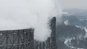 De industriële pijpen van de rookstapel verontreinigen lucht met toxische emissies Ecologieprobleem stock footage