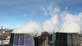 De industriële pijpen van de rookstapel verontreinigen lucht met toxische emissies Ecologieprobleem Reusachtige rokende fabriekss stock footage