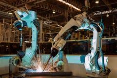 De industriële robot is het nieuwe programma van de testlooppas in automobielassemblage stock afbeeldingen
