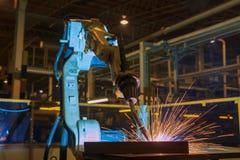 De industriële robot is het nieuwe programma van de testlooppas in automobielfabriek stock foto
